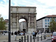 マルセイユの凱旋門 1823~1839年にかけて建てられました。高さは約17.7m。ジュール・ゲード広場にそびえるように建っています。精巧な彫刻が施されています。