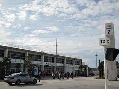 マルセイユ空港 飛行時間2時間25分、マルセイユに到着しました。時差で1時間、現地時間は14:50です。 初めてのマルセイユです。
