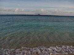 朝の静かな瀬底ビーチを散歩。  沖縄の海はやっぱり美しい。