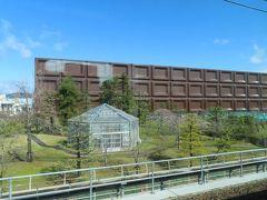 Meijiのチョコレート型の建物  このデザイン とっても好き  工場見学ができますよ (今は休止中ですが) https://www.meiji.co.jp/learned/factory/osaka/
