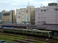 福島から峠駅まで行く電車は1日わずか6本。 朝2本、夜2本で、昼1本、夕方1本という具合。 福島駅5番線から発車する2両の電車、普通米沢行きです。 この電車は山形新幹線と同じ線路(標準軌道)を走るので、この区間用に改造された特別の車両(719系5000番台)です。 秋田新幹線の田沢湖線でも同様に改造車両を使っています。