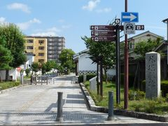 では、旧ご城下の町並み散策とぶらぶら歩きします!~、  矢田町通りを西へ向かって行くと、「外濠緑地」と言う石碑が建っています、これは郡山城の外濠だったところを緑地公園として整備されたんですね。百万石の凄さが解ります。  *詳細はクチコミでお願いします