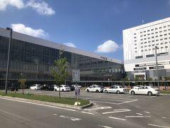 今日は観光バスでの美瑛、富良野観光に参加します。(5.000円web申込み)  フロントでタクシーを呼んでもらい出発場所の旭川駅へ来ました。  以下次号