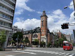 駅から地上に出るとさすが歴史ある港町横浜。 街がかっこいいです! とまあかっこいいのは良いのですが、なにぶんちょっと早く来過ぎました。 しかしこの辺りのお店はどこもまだ開店前…。