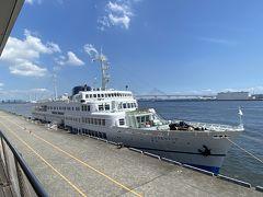 外に出てようやく船の全貌が見えました。 こちらが今回お世話になるクルーズ船、ロイヤルウイングです。 先程飛鳥Ⅱを見てしまっているので小さく見えますが、定員630人とそこそこのサイズ。 元々は1960年に就航し『瀬戸内海の女王』と呼ばれ阪神・別府航路で使われていたくれない丸を1988年にレストラン船に改装して使われている物。 建造から60年以上経ち、実は日本最古の現役で稼働している客船だったりします。