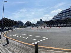 ターミナルに戻って来たら次もある意味大人タイム! 次は桜木町に移動します。 タクシー1台もいないのでここは15分後のバスを待ちます。