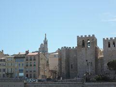 サン・ヴィクトール修道院 5世紀初頭に建築されたフランス最古の修道院です。4世紀に殉職したヴィクトール(漁師の守護聖人)を祀るために建設されたもので、何度も改築や修復を繰り返していくうちに要塞化したそうです。塔の上の凸凹の塀と鐘が特徴的です。