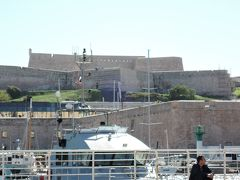 サンジャン要塞(Fort Saint-Jean) 1660年にルイ14世によって旧港の入り口に建てられました。 要塞の前を曲がるとマルセイユ大聖堂が見えてきます。