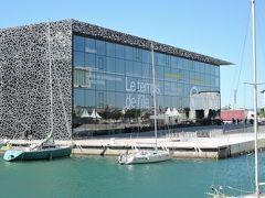 ヨーロッパ地中海文明博物館(MuCEM) 地中海世界の歴史と文化、他民族との交流に焦点を当てた博物館です。地中海に面したロケーションと美しいデザインが魅力的です。建築家リュディ・リチオッティの設計。網目模様の外壁とガラス窓が目を惹きます。 屋上テラスと隣接するサン・ジャン要塞を結ぶ「空中通路」を歩けば、地中海の眺望を楽しむことができます。
