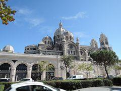 サント・マリー・マジョール大聖堂 (Cathédrale Ste-Marie Majeure) 通称「マルセイユ大聖堂」は、1893年に建てられたローマカトリック教会です。 ストライプ模様で覆われた外観が特徴的なビザンチン様式、長さ142m、高さ70m。フランス最大規模を誇る大聖堂内部に3000人を収容できるそうです。中はどこかエキゾチックな雰囲気が漂っています。 ショッピングモールが手前にあります。後ろの大聖堂の雰囲気に似ていますが、邪魔にならぬよう配慮された建物です。