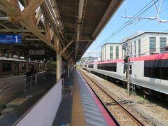 旅に出たのは2日前にやっと長い梅雨が明けた8月3日。  梅雨が明けるのを待ちかねたように鎌倉へお出かけです。 JR横須賀線の鎌倉駅には成田エクスプレスの車両が留置中。反対側にももう一編成いました。にっくきコロナのせいで日中の列車が長期運休となっている成田エクスプレスが疎開しているようです。  コロナ禍のせいで4月、6月の沖縄旅はキャンセル。このほかに緊急事態宣言解除を待って北海道や関東への旅を計画するものの感染拡大傾向が収まらずキャンセルした旅は全部で7~8回くらいにもなっちゃいました。  本当に久しぶりの「旅」。  自宅から30分~40分程度の県内へ。 十分な感染対策をしてお泊りするだけなら、感染リスクも感染を広げるリスクも最小限にと。