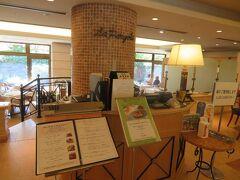1階にある鎌倉フレンチレストラン「ペルゴーラ」へ。 入り口には消毒用のアルコール。検温チェックを受けてからの入店です。 感染対策はしっかりと取られています。
