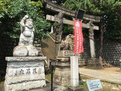 品川神社へ。 鳥居の横には立派な大黒様の像がありました。