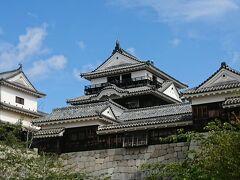松山城 こちらでも再度検温と消毒と名前と連絡先を申告  お城内部も密にならないように、人数制限されました 靴箱のカギも毎度毎度消毒  ・・・観光客より係員の方が多いかもしれません