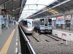 高松駅を通過する線はないので跨線橋がありません。