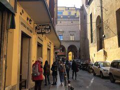 態勢を立て直して軽く街歩きに出かけます。 まず最初に目指したのは、何はともあれボロネーゼの店! と言うわけで「Osteria dell'Orsa」、言わずと知れたボロネーゼの有名店です。