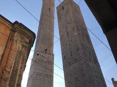 街のシンボル、ボローニャの斜塔。 高い塔は最上階まで階段で登れるのですが、結局滞在中に行く機会を逸してしまいました。