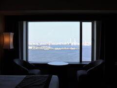 2108号室からの眺望。 正面は在日米軍輸送施設やハマウイング。