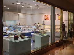 2階のアイマリーナでケーキを購入。 営業時間は11:00~18:00。  アイマリーナは飲食クレジット、STAYLONGERバウチャー対象外。