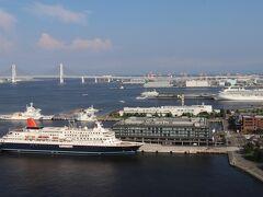右側。 インターコンチネンタル横浜Pier8、横浜ハンマーヘッドなど。