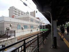 札幌へ移動します. 進行方向「左」が海の側. 南小樽を過ぎ「あの辺りでフェリー降りたなぁ」などと眺めつつ  波打ち際を走って行く列車