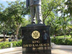 「24番記念碑・カラカウア王銅像」 ここにはサーフィンボードはありませんでした。 ハワイ王朝の最後から2番目の王様、カラカウア王です。最後の王様が妹のリリウオカラニ女王。 フラダンスのステップに「カラカウア」という名前のステップがあります。有名で偉大な王様で親しみが持てます。