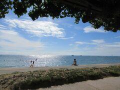 すぐ前は海。フォート デロシー ビーチです。太陽が眩しく水面に輝いて反射しています。ハワイの海の色は本当に綺麗!