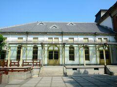 階段上がって左手に見えるのが旧台南公会堂