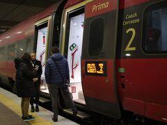 2月21日、旅行3日目… この日はヴェネツィアVenezia日帰り旅行です。 まずはボローニャ中央駅からItaloでヴェネツィアへ。 なぜItaloかと言えば、単純にTrenitaliaのFrecciaRossaより安かったからです。 濃赤のボディカラーもカッコ良いのですが、車掌の女性がこれまたキマっています!