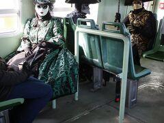 ヴェネツィアを訪れるのはおそらく今回が6回目。 にも関わらずヴァボレットに乗るのはこれが初めてです。 ボート内には仮装した方々も乗船していました。