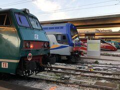10時前、定刻通りヴェネツィア/サンタルチア駅に到着しました。 様々な機関車や列車が居並ぶ終着駅です。