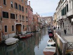 ヴェネツィア本島に戻って来ました。 今訪れたブルーノ島のような派手さはなく、また、ゴンドラが行き交っていなくとも、こうした運河や建物を眺めているだけで、あぁ、ヴェネツィアにいるんだと実感させられます。