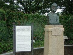 ヴェルニー公園の名称のゆかりのヴェルニーの胸像が、公園の中ほどにある。