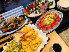 そしてこちらが、そのお料理です!男性3人で取りに行ってもらいました。別荘から徒歩数十秒の距離です。  1人あたり2,000~3,000円ぐらいで、刺盛とオードブル的なものを見繕って欲しいとお願いしました! 豪勢な刺盛に海老と夏野菜の天ぷら、サラダに金目の煮付け!これで税込15,400円とコスパ最強です♪お味もめっちゃ美味しくて大満足のお夕飯でした!! あ、刺身が苦手な息子はこれ以外に持参した特盛キャベツマシマシペヤングを食べました。笑 ペヤングなんて可哀想と思われそうですが、普段食べさせないので逆にご馳走感。笑  めんつゆや醤油などの調味料は別荘の冷蔵庫に入っていました(^_^)v