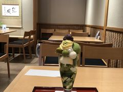 八坂神社近くの祇園小石で、抹茶シフォンパフェをいただきました。  久しぶりに外で食べるスイーツです。  おいしい。