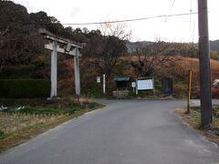 7:33 突当り左側に石の二の鳥居。  夜都岐神社  (夜都伎神社) やとぎじんじゃ やつぎじんじゃ 式内社の 夜都伎神社の論社の一つです。