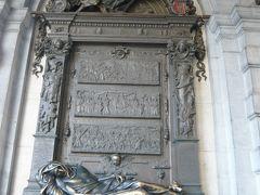 そして、グランプラスの市庁舎の左横の通りにあるセルクラースの像にもご挨拶。