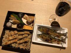 じゃぁ、 享受することを許されなかった恩恵 「GO TO キャンペーン」の割引分は 食事代で節約するわ!  えぇえぇ、ケチでございます、意地になっております。   ホテルのダイニングでのディナーなら 1人2万円は下らないので  京都大丸のデパ地下で購入した 「祗園 末友」の鱧弁当と鮎の塩焼き  ほら、立派な「京の夏の膳」に!  ワインは自宅から   お弁当代:2700円なり。