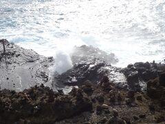 ハロナ潮吹き岩展望台にやってきました。テレビでは何度も見たことありますが、実は初めて。 ここは、景色もいいし、わかっちゃいるけど、潮が見事に吹くと、お~っ! となります^^  通り道だし、ちょこっと寄るにはいいかも♪