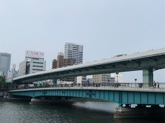 天満橋まで来ました。  橋の上にもあひる君の写真を撮る人がいっぱいです。