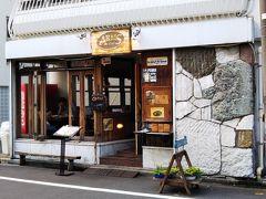 続いてのお店はハンバーガーショップ「アームズ」へ☆ ここも透け透けトイレの近くです。 というか、店内からトイレの建物が見えるくらい近いです。笑