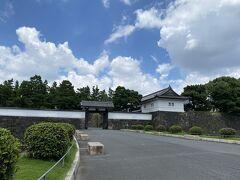 東京メトロ有楽町線桜田門駅で降りてこの日はスタートです。  見えているのは桜田門の高麗門。