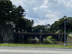 馬場先門の通りをまっすぐ皇居側に歩くと、皇居内で一番有名な二重橋にたどり着きます。