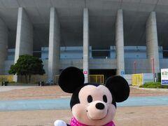 長居陸上競技場前を通ります。  ディズニーストアで購入したぬいもーず(nuiMOs)。 ホームスタジアム長居陸上競技場をバックにJリーグのセレッソ大阪のコスチュームを着たミッキマウスを!