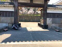 腹ごなし程度に少し自転車で走ります。 写真に写ってる丸亀城、うたづ臨海公園あたりを散策してました。