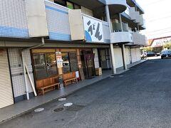 続けて、自転車で移動して 2 件目の「中村うどん」です。 建物の奥に駐輪スペースあります。