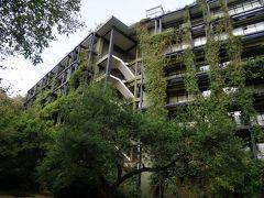 アマンは アマン東京しか宿泊したことないし アマン東京は都市型ホテルだったから まったく気づかなかったけど  アマン京都は バワの目指した「森に飲み込まれるリゾート」に近いと思った。  スリランカに行ったときジェフリー・バワの建築巡りで 宿泊した 「ヘリタンスカンダラマ」(写真)や