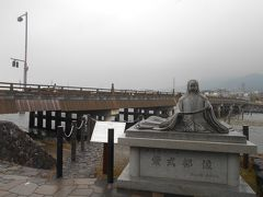 JR奈良線宇治駅、京阪宇治線宇治駅から徒歩約10分のところにある紫式部像です。源氏物語の舞台になった宇治に由来しています。