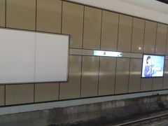 銀座駅(日比谷線)のホームに降りてきて  またまた驚きました  こんな駅でも  掲示板の広告が減っているのです