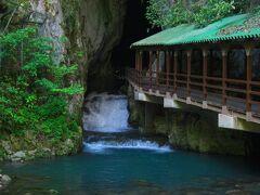 入口までやってきました。 鍾乳洞から水が勢いよく流れ出ています。 奥から約1kmに渡って地下川が流れ下っているそうです。